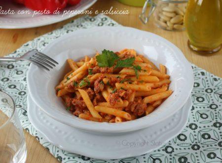 Pasta con pesto di peperoni e salsiccia