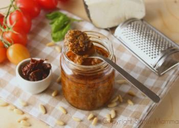 Pesto ai pomodori, ricetta facile veloce condimento per primi piatti da preparare anche in anticipo. Vegetariano, vegano , ricetta per bambini.