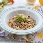 Spaghetti zucchine, tonno, pinoli e limone