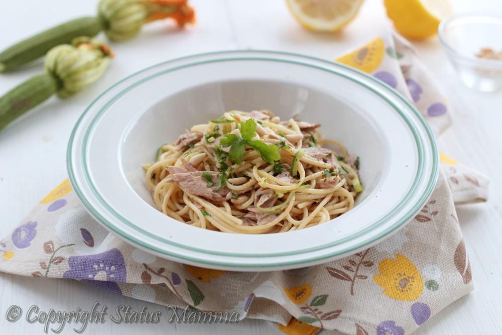 Spaghetti zucchine, tonno, pinoli e limone ricetta primo piatto facile veloce gustoso estate foto food Statusmamma gialloblogs
