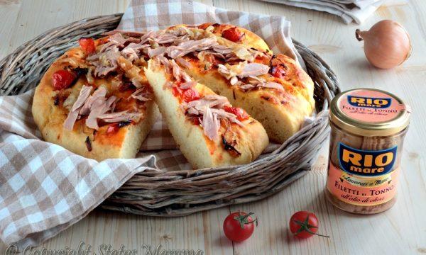 Focaccia di patate con pomodorini cipolle e tonno