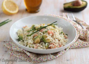 Insalata di riso facile e gustosa con avocado salmone affuciato erba cipollina ricetta di pasta fredda estiva mare schisca facile Statusmamma gialloblog