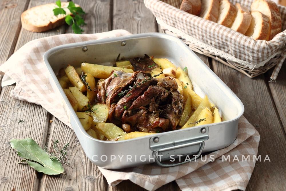 Cosciotto di agnello al forno con patate alle erbe