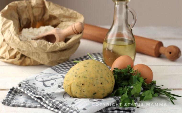 Come fare la pasta fresca alle erbe a casa