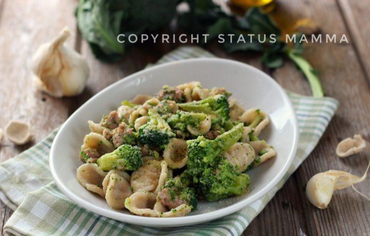 Orecchiette d'orzo con broccoli e salsiccia
