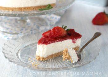Ricetta cheesecake cremosa e gelatina di fragole Un dolce fresco e goloso che si scioglie in bocca facilissimo a base di formaggi perfetto per ogni occasione, anche per attimi confortfood , ricetta senza cottura .