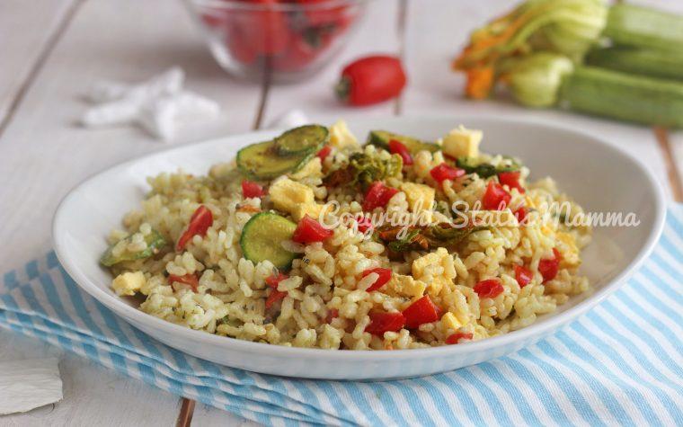Insalata di riso e zucchine al curry con frittata