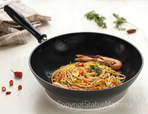 Spaghetti integrali saltati con zucchine e peperoni agli scampi
