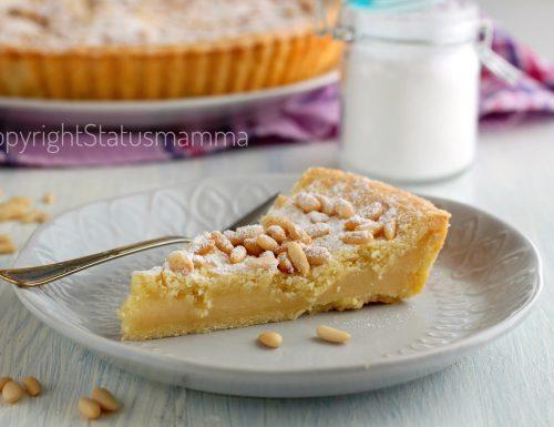 Torta della nonna crostata con crema al limone e pinoli