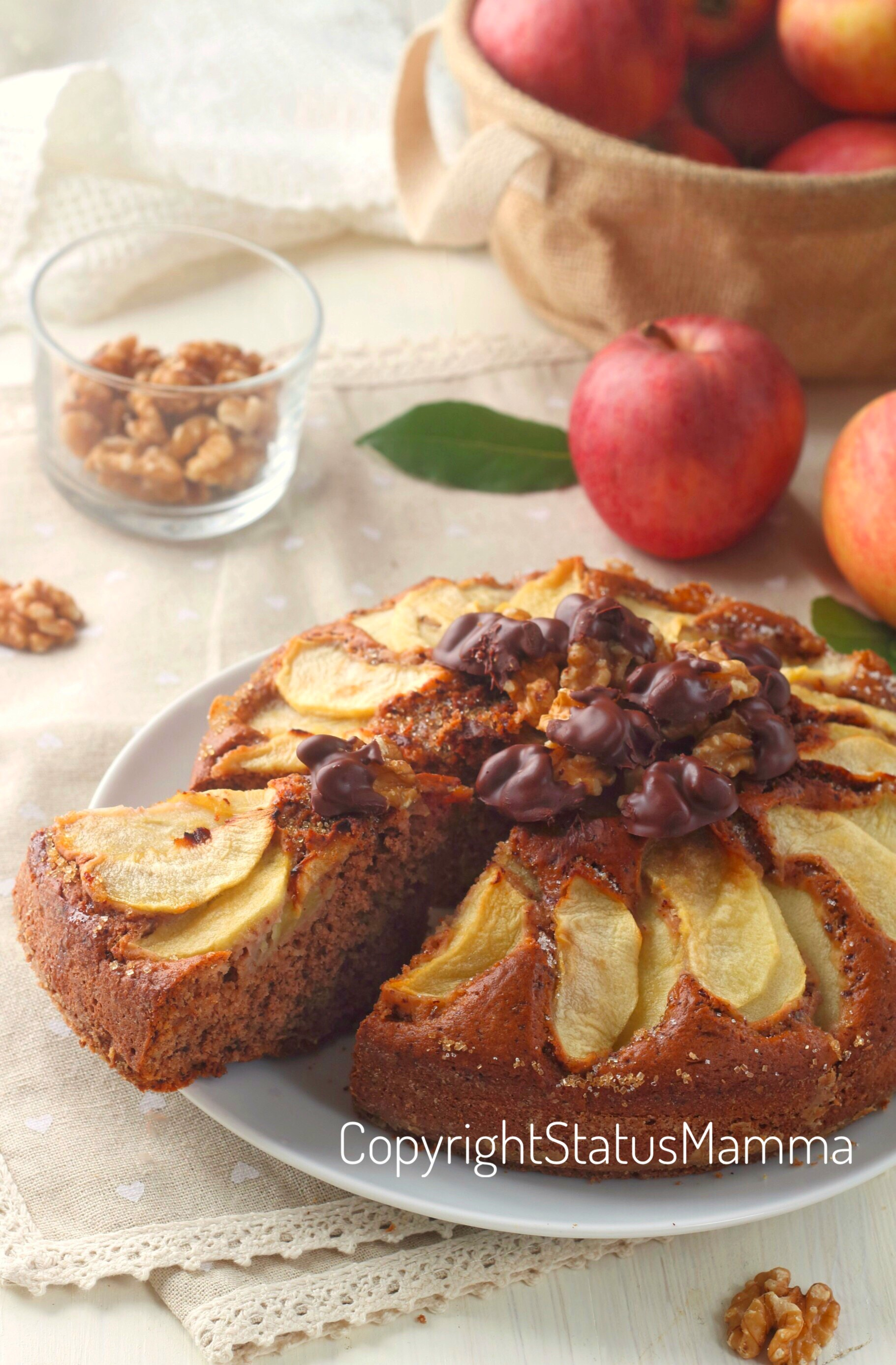 Torta di mele al cioccolato e noci