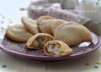 Ravioli panzerotti dolci alla ricotta con scaglie di cioccolato