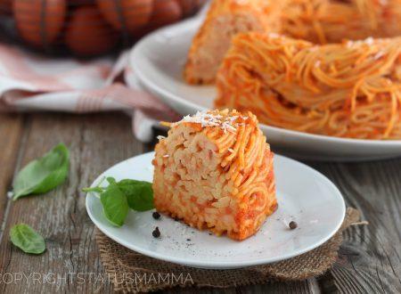 Frittata di spaghetti al forno alla napoletana nello stampo per ciambella