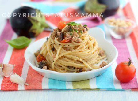Spaghetti melanzane pomodorini e tonno alla siciliana, ricetta estiva veloce e gustosa.