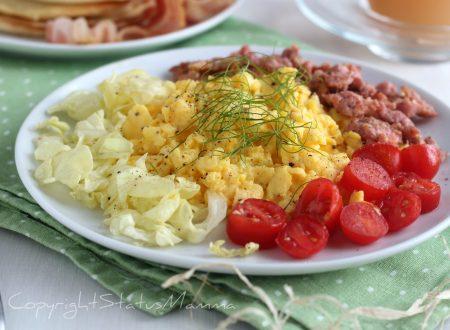 Uova strapazzate cremose con salsiccia ricetta gustosa