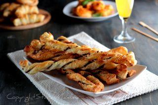 Frustine di pasta sfoglia veloci alle olive e formaggio