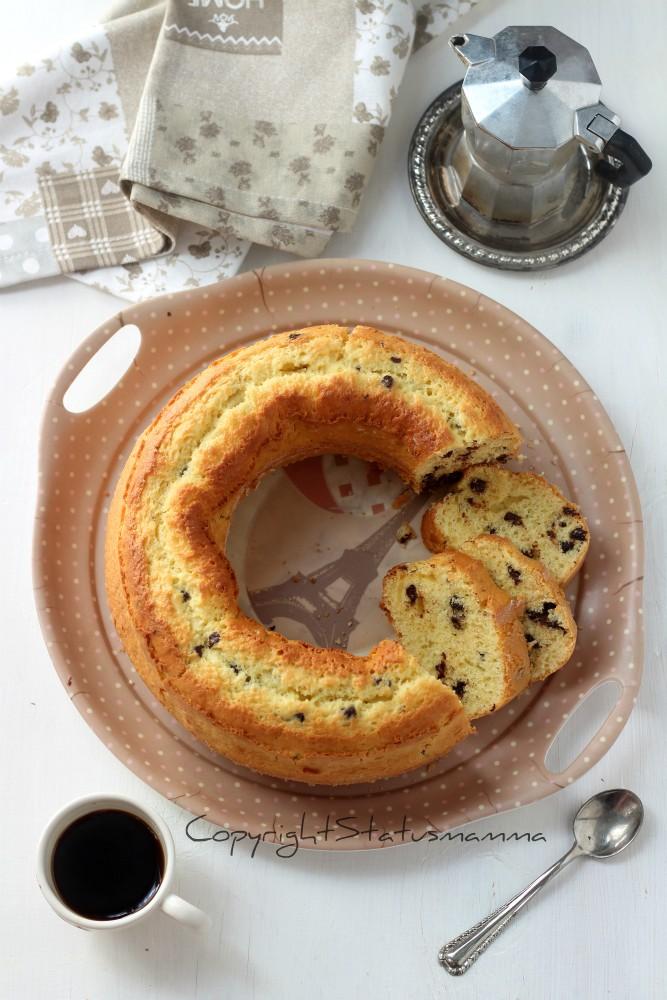 Ciambellone con gocce di cioccolato alto e soffice e il trucco per non farle affondare in cottura ideale per colazione e merenda.