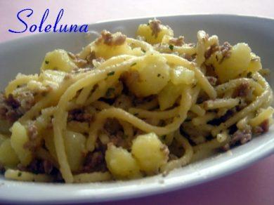 Spaghettoni aromatici con salsiccia e patate