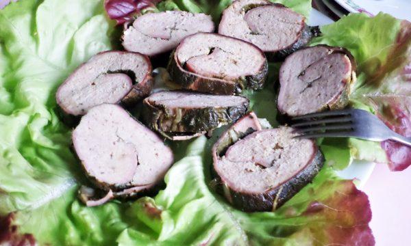 Rotolo di maiale con mortadella in foglie di bietola