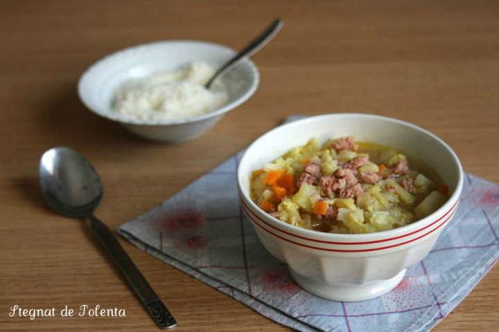 zuppa di cavolo verza con salsiccia