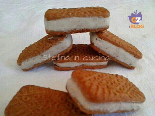 Tramezzini di biscotto con crema di banana e philadelphia