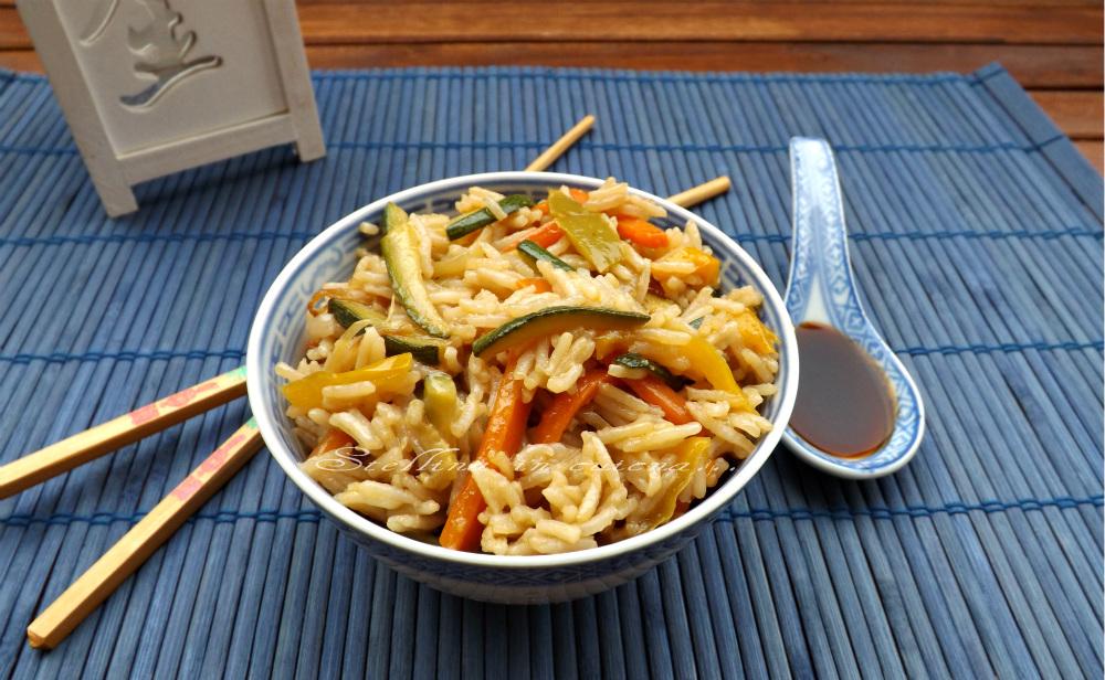 Riso saltato con verdure e salsa di soia for Una salsa da cucina cinese