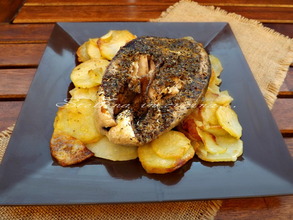 Ricciola agli aromi al forno con patate - Cucinare lo sgombro al forno ...