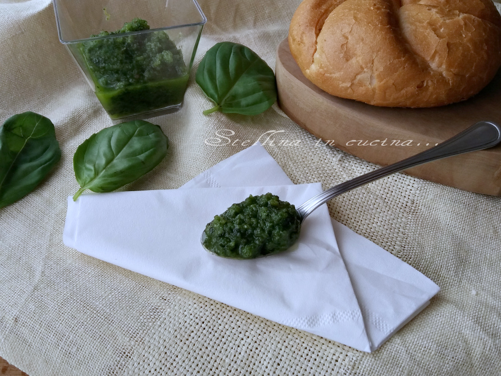 Salsa di basilico e mollica di pane