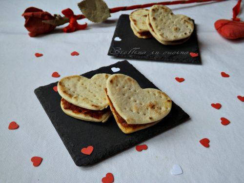 Mini sandwich di piadina con pesto di pomodori secchi