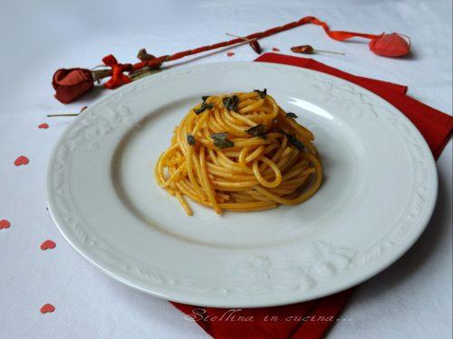 Spaghetti con harissa e menta