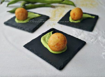 Polpettine di cous cous e gamberetti con guacamole di fave