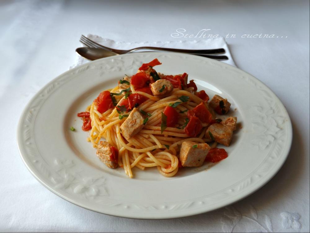 Spaghetti con tonno fresco e pomodorini - Cucinare tonno fresco in padella ...
