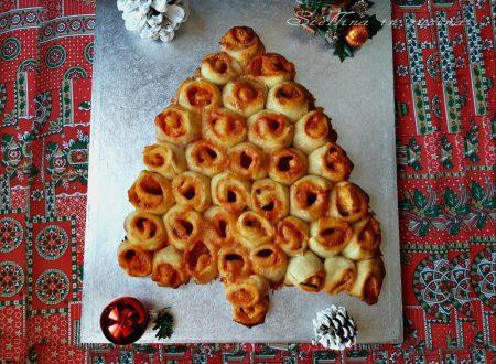 Albero di natale di pane con pomodoro e mozzarella