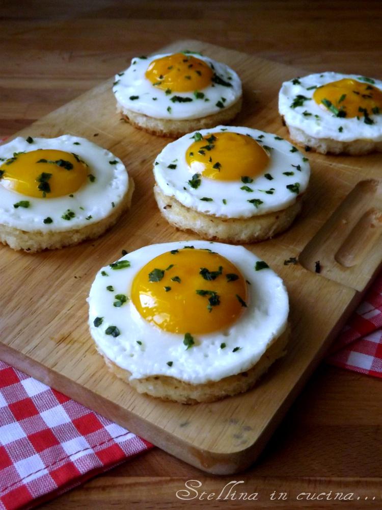 Uova fritte su crostoni saporiti