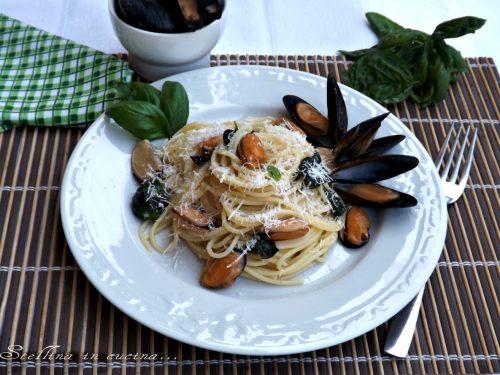 Spaghetti con cozze basilico e parmigiano