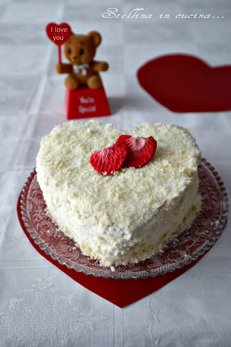 Torta con crema di mascarpone e cioccolato bianco stellina in cucina