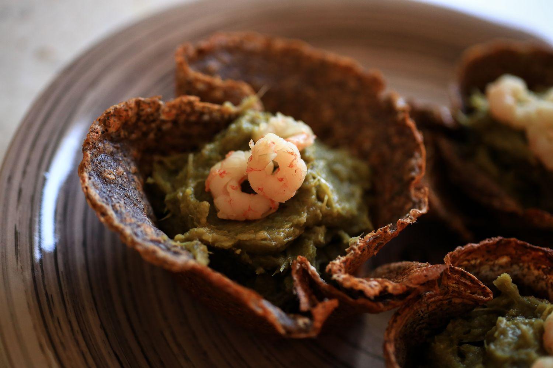 Grano saraceno in cialda con mousse di carciofi e gamberetti