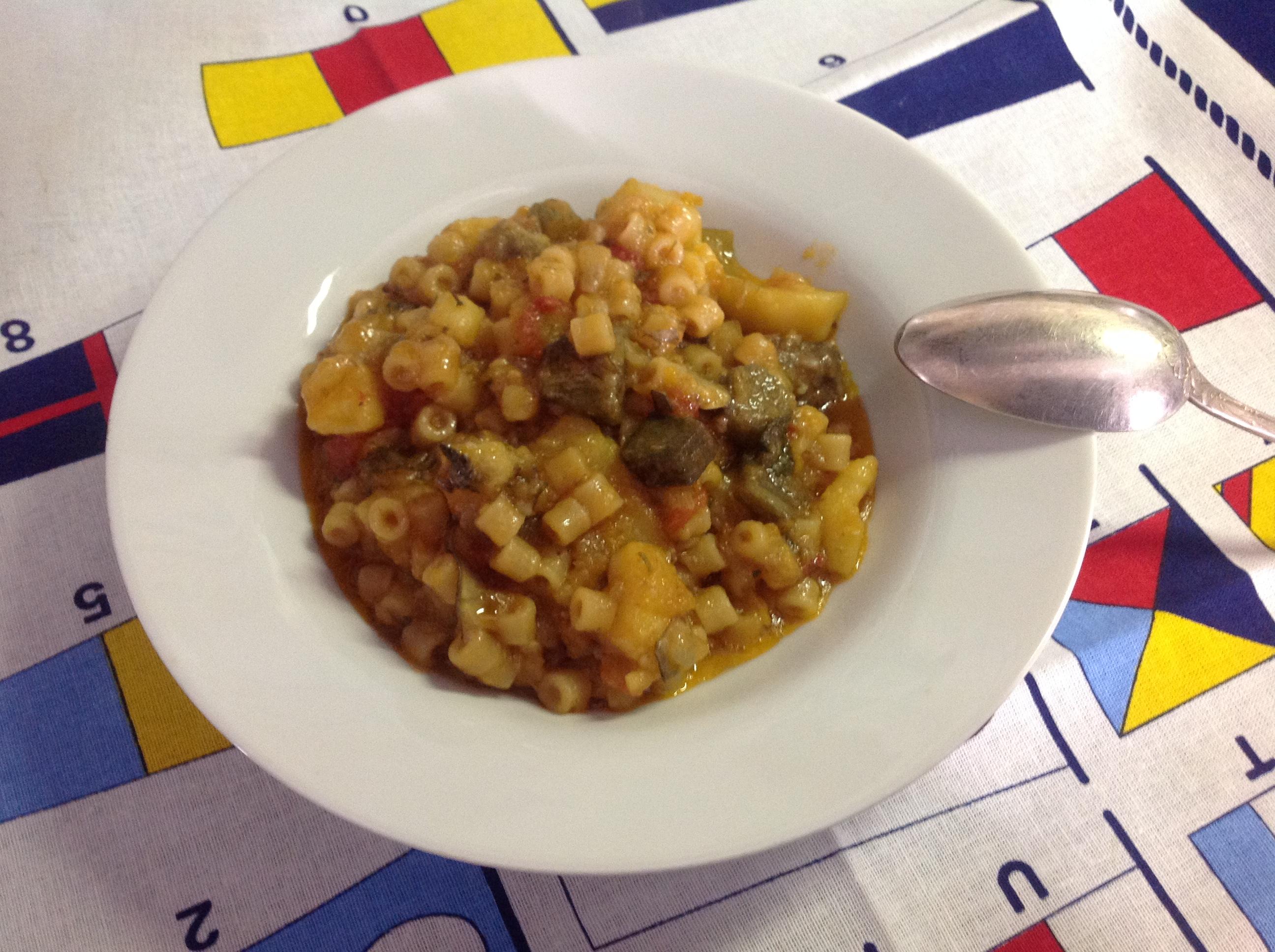 La minestra seduta con carciofi, patate e pasta