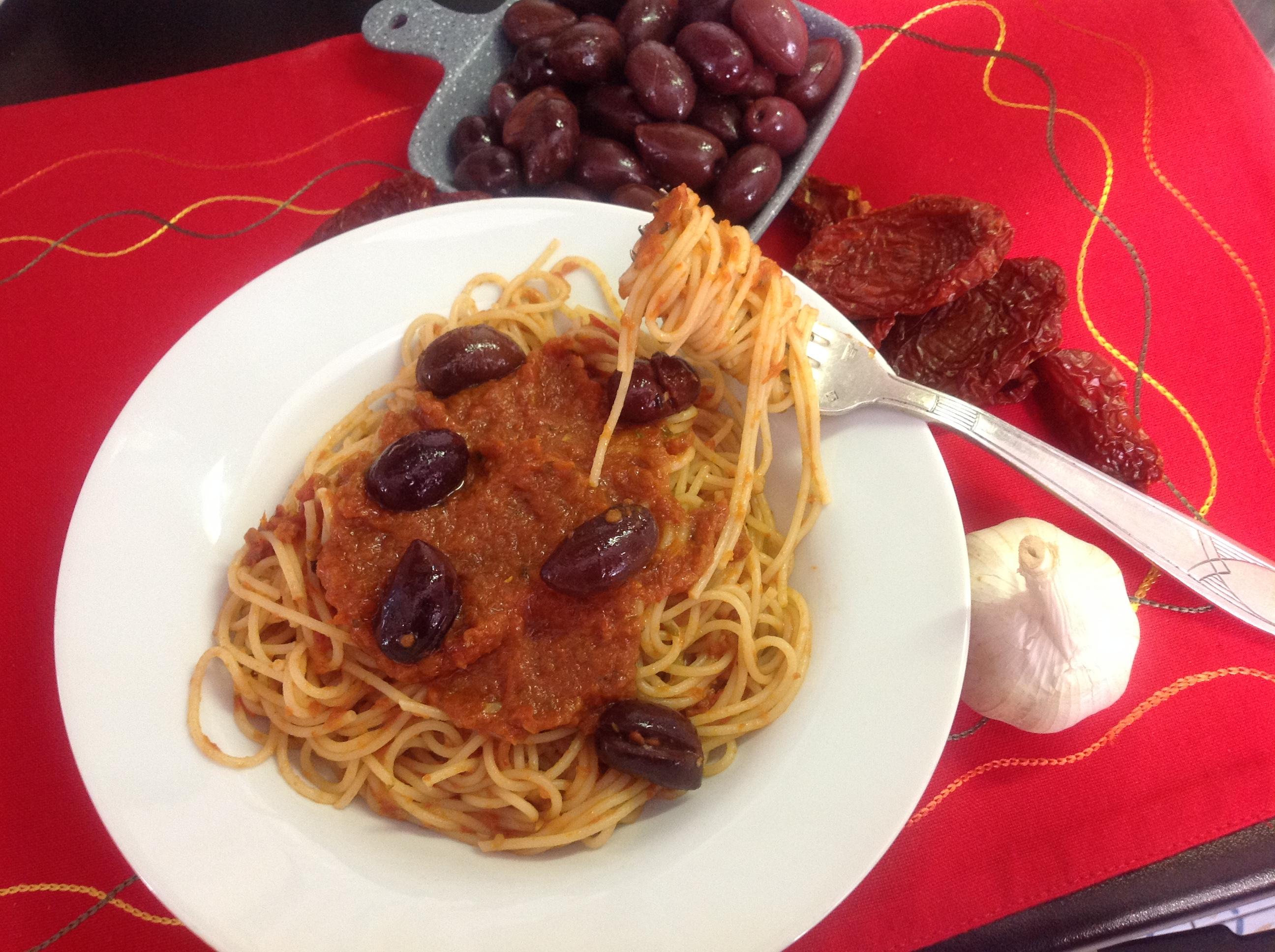 Spaghettini con pesto caldo di pomodori secchi ed olive.