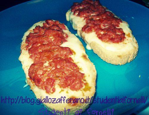 Crostini con salsiccia e stracchino | Ricetta fast food