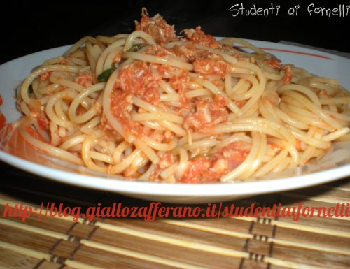 Spaghetti al sugo con tonno | Ricetta semplice