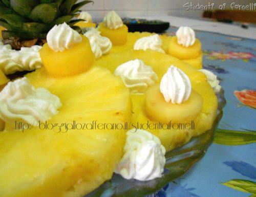 Composizione di ananas con panna montata