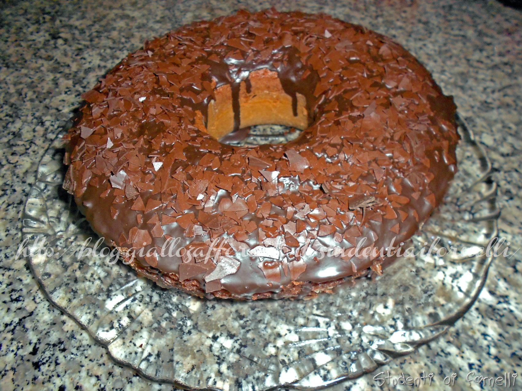 ciambella al cacao con glassa al cioccolato e scaglie