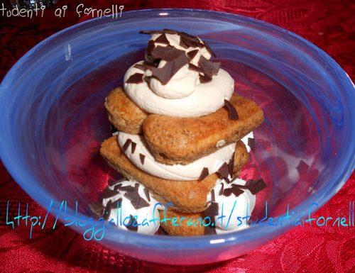 Coppa al mascarpone e savoiardi | Ricetta dolce al cucchiaio