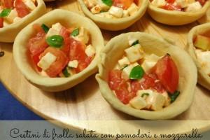 Cestini di frolla salata con pomodori e mozzarella