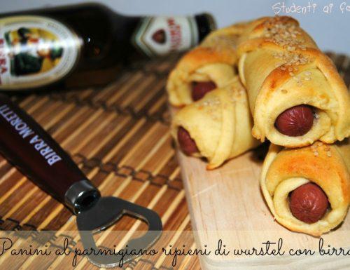 Panini al parmigiano ripieni di wurstel con birra