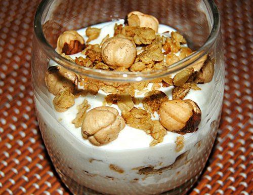 Yogurt con muesli e nocciole intere