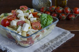 Pennette alla caprese con pomodorini e mozzarella