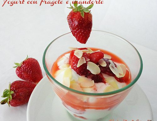 Yogurt con fragole e mandorle