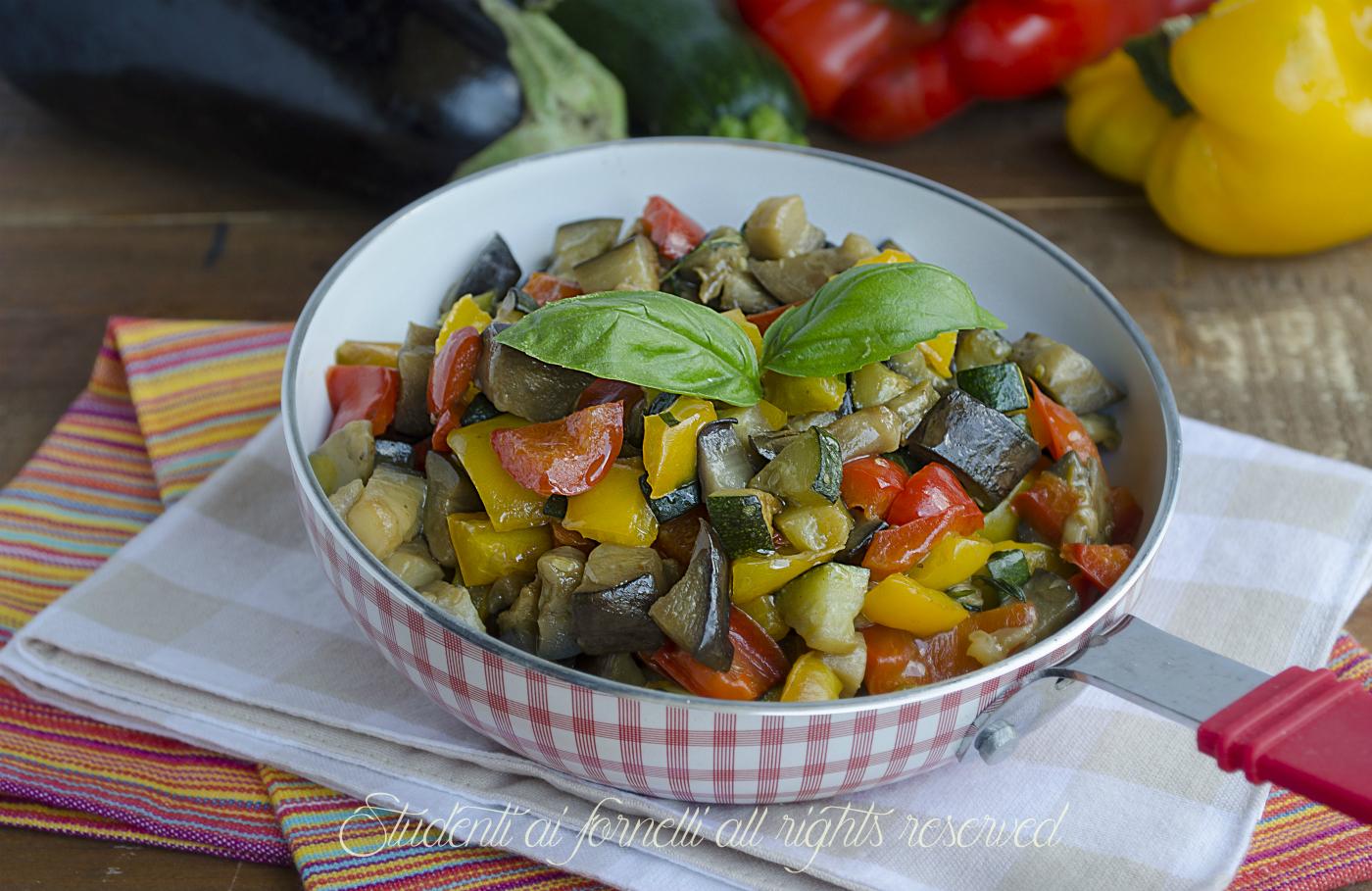 La caponata di verdure misto di ortaggi e frutta - Contorno di immagini di frutta ...