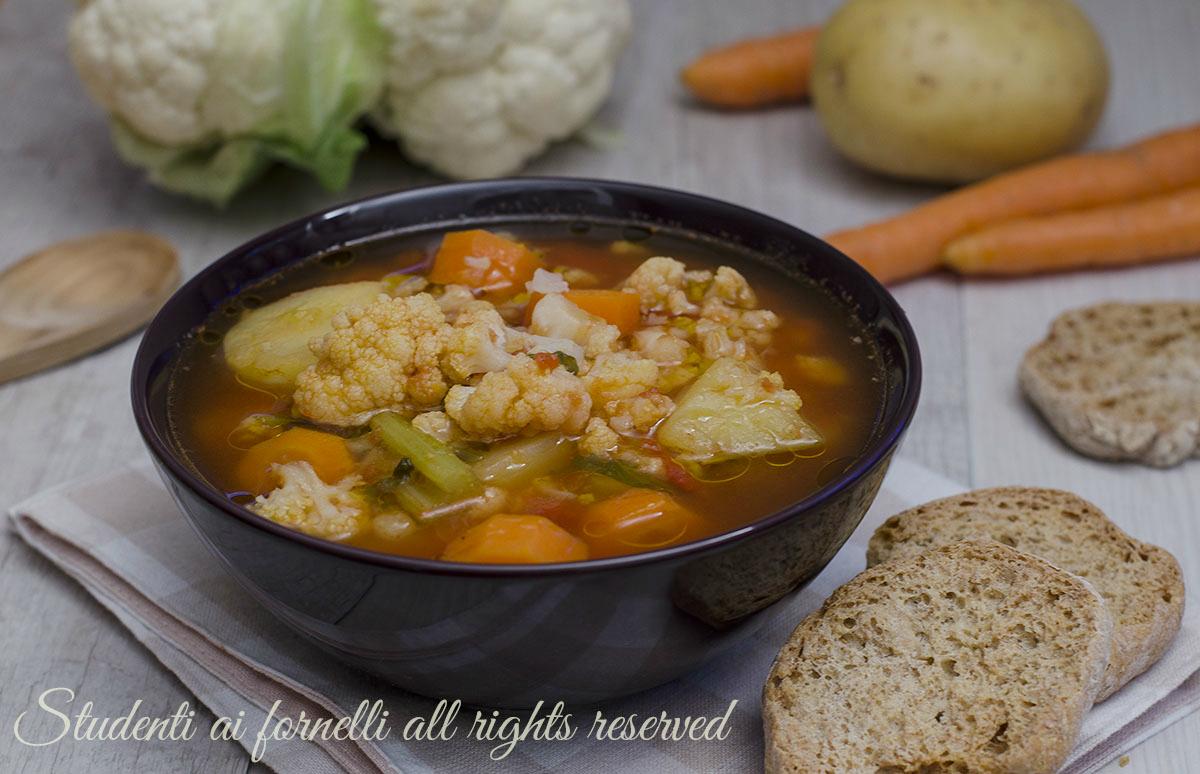 ricetta zuppa di cavolfiore e patate con carote sedano pomodoro ricetta zuppa vegetariana gustosa